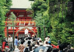武蔵一宮氷川神社で並ぶ人の列は 境内から溢れ、参道までずらりと続い